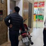 Lạ: Ở chung cư cao cấp, dắt xe máy lên nhà